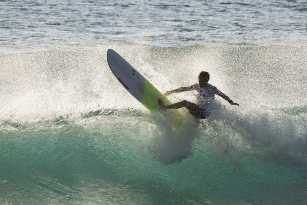 塚本さんがサーフィンをしている様子