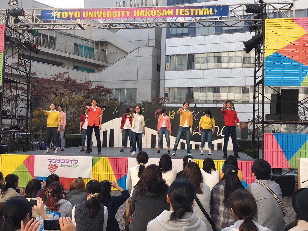 大学祭でのパフォーマンスの様子の写真